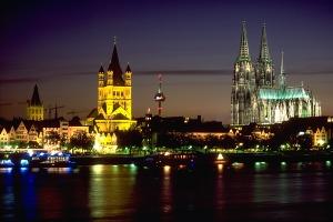 The Köln skyline at night